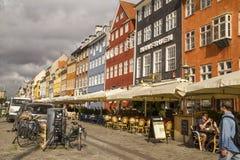 Casas urbanas coloridas de Nyhavn en distrito histórico del ` s de Copenhague de Imagen de archivo