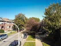 Casas urbanas de Chicago de la visión superior con el garaje separado al oeste de Downtow foto de archivo libre de regalías
