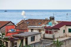 Casas urbanas em Giardini Naxos e navios no mar Fotos de Stock Royalty Free