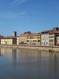 Casas urbanas mediterráneas que pasan por alto el canal en Pisa Imagen de archivo
