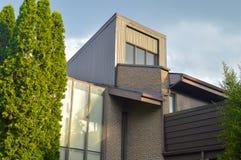 Casas urbanas modernas costosas con las ventanas enormes imágenes de archivo libres de regalías