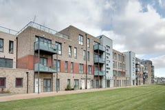 Casas urbanas y apartamentos modernos imagenes de archivo