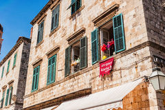 Casas velhas com as janelas velhas na cidade velha de Dubrovnik Foto de Stock Royalty Free