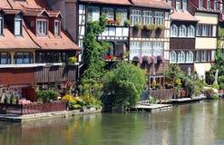 casas velhas com jardins verdes em um rio Imagens de Stock