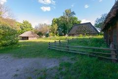 Casas velhas da vila no fundo de um jardim verde e de um céu azul Um lugar para descansar sua alma fotografia de stock royalty free