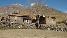 Casas velhas do tijolo nos montes vídeos de arquivo