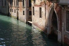 Casas velhas em um canal em Veneza, Itália Fotografia de Stock Royalty Free