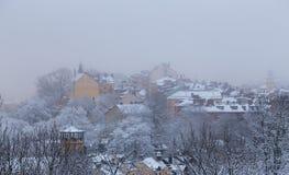 Casas velhas em um monte em Éstocolmo em um dia de inverno nevoento com neve sobre, Suécia imagem de stock