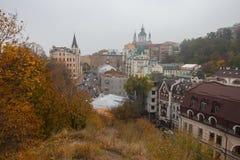 Casas velhas na igreja da rua de Vozdvizhenska e do ` s de St Andrew Fotos de Stock