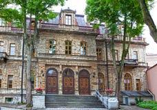 Casas velhas nas ruas velhas da cidade Tallinn Est?nia foto de stock royalty free