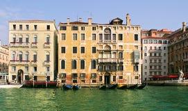 Casas velhas no canal grande. Imagem de Stock