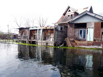 Casas velhas no lago Dal - kashmir Fotografia de Stock Royalty Free