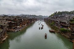 Casas velhas no rio na cidade antiga de Fenghuang, China fotografia de stock
