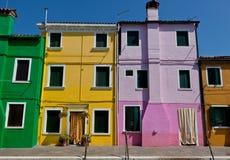 Casas verdes, amarillas, púrpuras y marrones en Burano, Italia Imagen de archivo libre de regalías