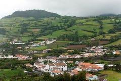 Casas verdes del pueblo del paisaje de Portugal de la isla volcánica de Azores Imagen de archivo libre de regalías