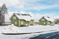 Casas verdes na floresta da neve Fotos de Stock