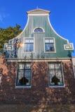 Casas verdes na vila holandesa típica pequena no Zaanse Schans Foto de Stock