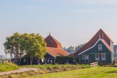 Casas verdes na vila holandesa típica pequena no Zaanse Schans Fotos de Stock