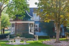 Casas verdes na vila holandesa típica pequena no Zaanse Schans Fotos de Stock Royalty Free