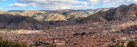 Casas vermelhas do telhado da cidade de Cuzco no vale e no panorama de Andes, Fotografia de Stock Royalty Free
