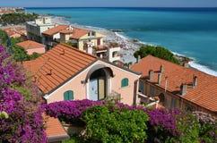 Casas vermelhas do telhado no italiano Riviera Imagens de Stock