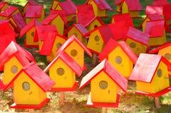 Casas vermelhas e amarelas do pássaro Fotos de Stock