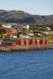 Casas vermelhas na baía de Alta, Noruega Foto de Stock