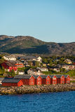 Casas vermelhas na baía de Alta, Noruega Imagens de Stock