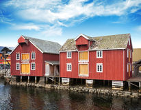 Casas vermelhas na vila norueguesa pequena Fotografia de Stock