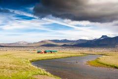 Casas vermelhas no campo islandês. Fotos de Stock Royalty Free