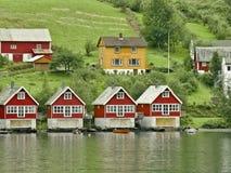 Casas vermelhas no rio do Fjord Imagens de Stock