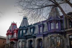 Casas victorianas coloridas en el Saint Louis cuadrado - Montreal, Quebec, Canadá Imagen de archivo libre de regalías