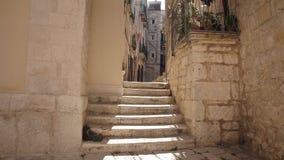 Casas viejas de las escaleras de la ciudad almacen de video