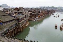 Casas viejas en el río en la ciudad antigua de Fenghuang, Hunan Fotos de archivo libres de regalías