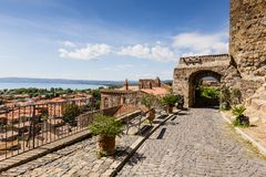Casas viejas en la ciudad medieval Bolsena, Italia Fotografía de archivo libre de regalías
