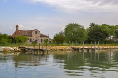 Casas viejas en la orilla del río, reflexión Foto de archivo