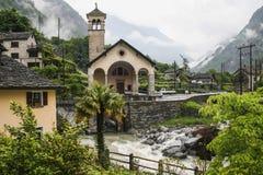 Casas viejas en la pieza del valle del maggia de Suiza imagen de archivo