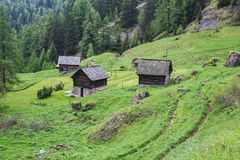 Casas viejas en la pieza del valle del maggia de Suiza foto de archivo libre de regalías