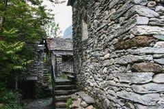 Casas viejas en la pieza del valle del maggia de Suiza fotos de archivo