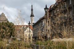 Casas viejas en las calles viejas de la ciudad tallinn Estonia imagen de archivo