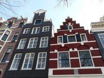 Casas viejas en los canales en Amsterdam Imagen de archivo libre de regalías