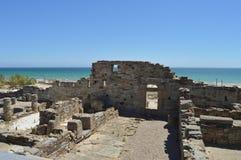Casas viejas en Roman City Baelo Claudia Dating en del siglo II la playa A.C. de Bolonia en Tarifa Naturaleza, arquitectura, hist fotografía de archivo