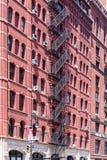 Casas viejas típicas con las escaleras de la fachada en Tribeca, NYC Foto de archivo