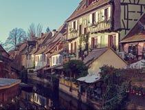 Casas viejas tradicionales en el canal adornado para la Navidad, Colmar, Alsacia, Francia Imagen entonada Imagenes de archivo