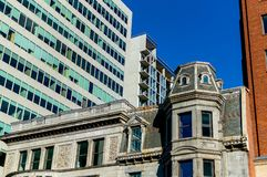 Casas viejas y nuevas con las ventanas enormes en Montreal Imagen de archivo