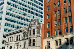 Casas viejas y nuevas con las ventanas enormes en Montreal Imagen de archivo libre de regalías