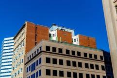 Casas viejas y nuevas con las ventanas enormes en Montreal Fotos de archivo