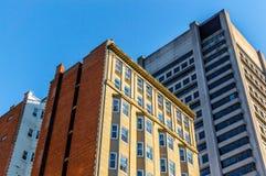 Casas viejas y nuevas con las ventanas enormes en Montreal Foto de archivo libre de regalías