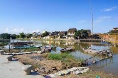 Casas vietnamitas en un río, un mercado flotante y los barcos, manera de vida tradicional, ciudad de Hoi An, Vietnam central Fotos de archivo libres de regalías