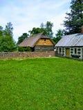 Casas, vila, cerca, grama verde e céu foto de stock